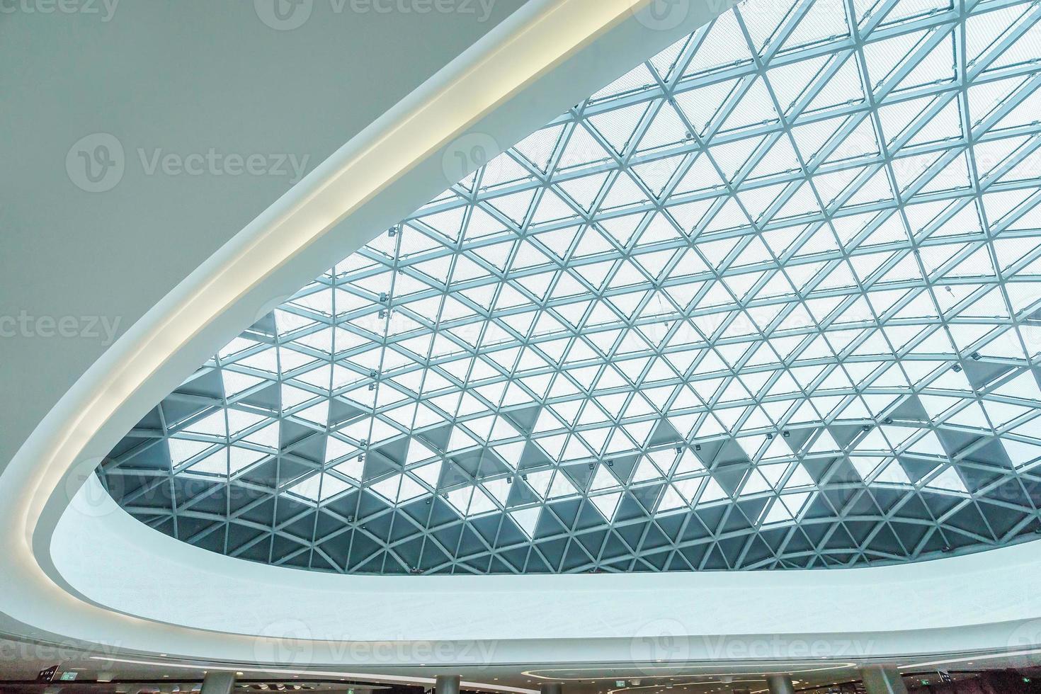 plafond abstrait dans un centre commercial moderne photo