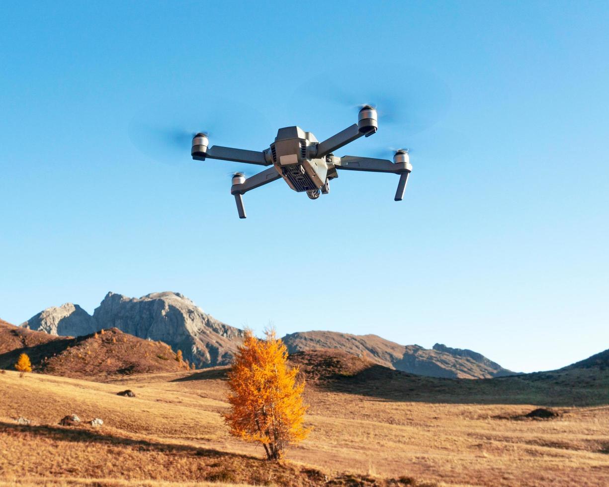 Drone vue sur la chaîne de montagnes des Alpes en Europe photo