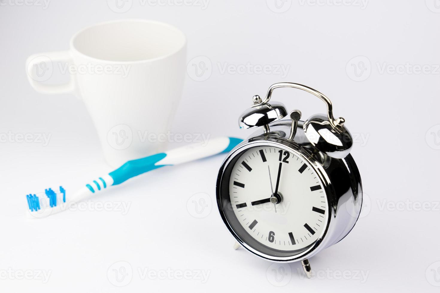 réveil en métal, réveil, sur fond blanc photo