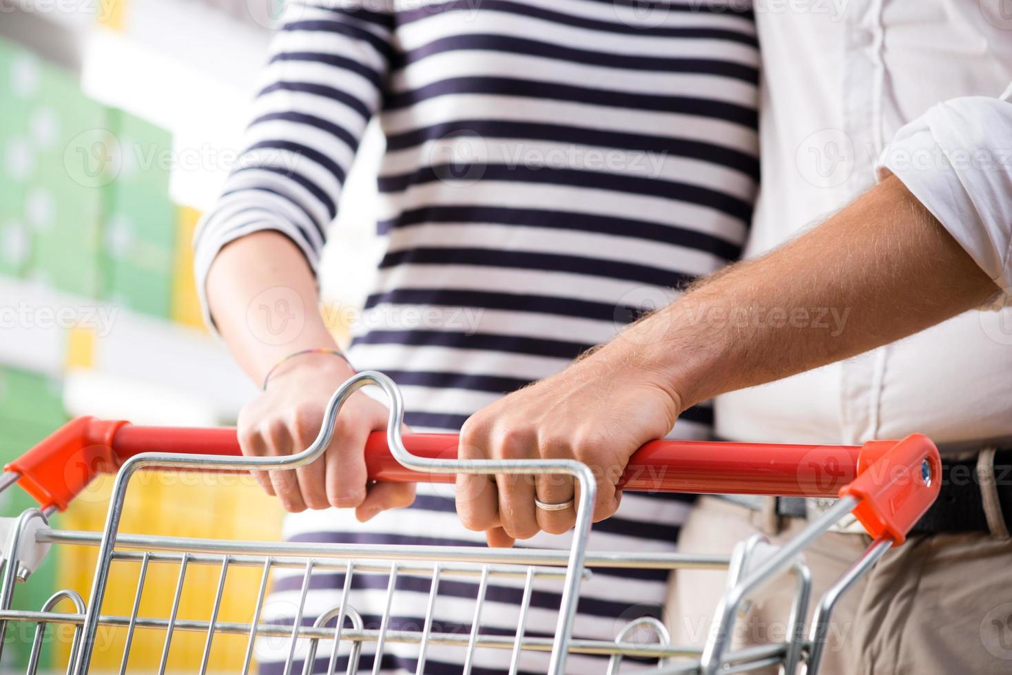 couple, supermarché, mains, gros plan photo