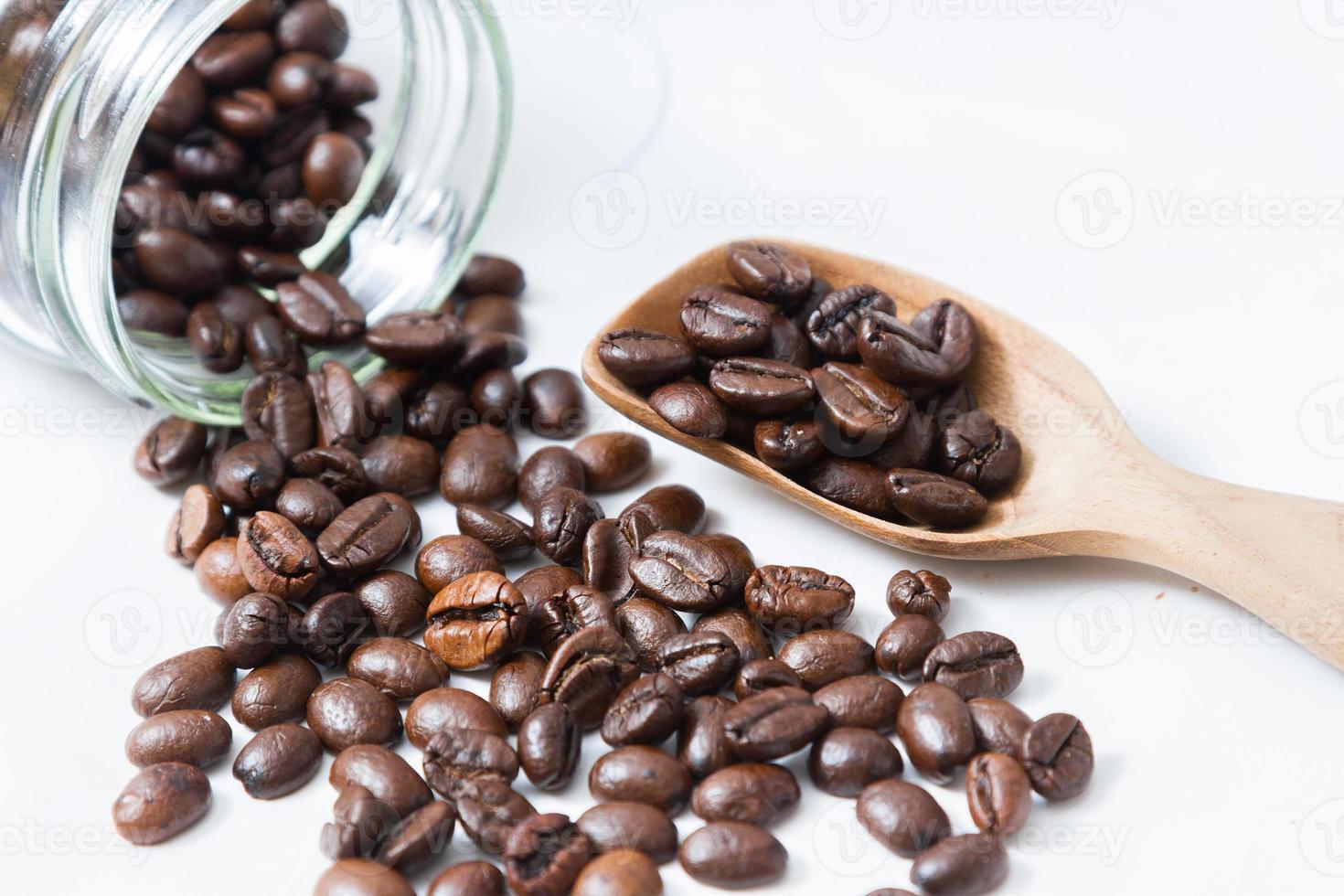grains de café et une vieille cuillère en bois photo