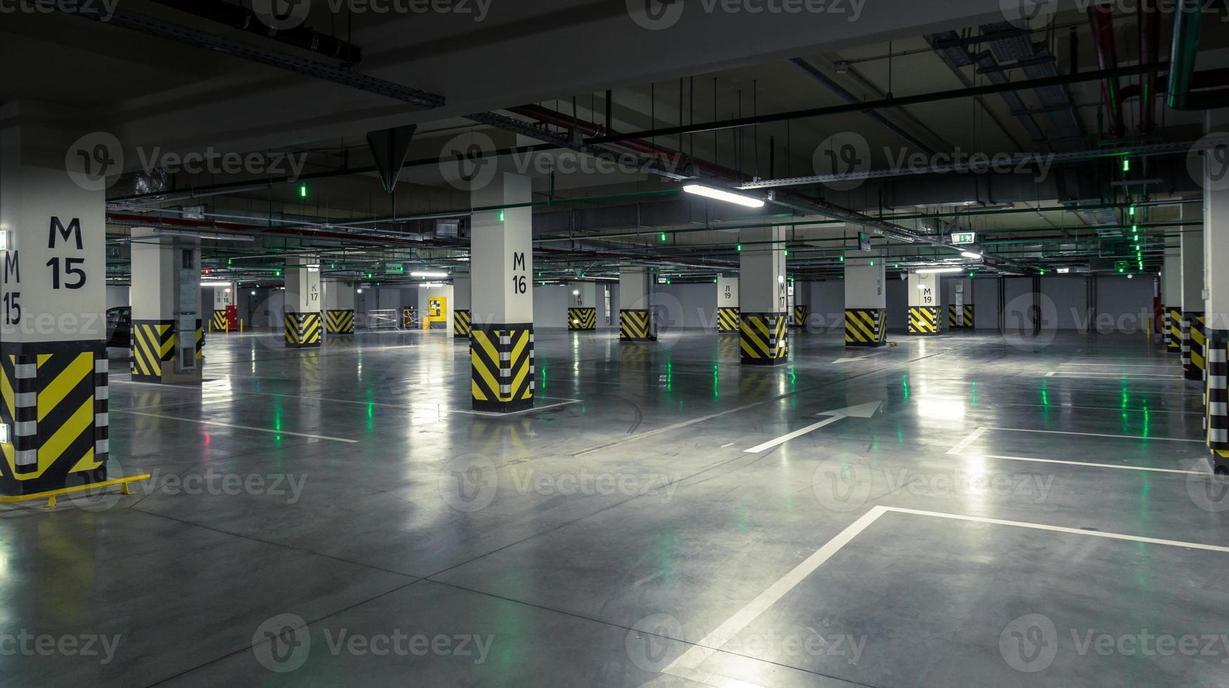 garage de stationnement, intérieur souterrain avec quelques voitures garées photo