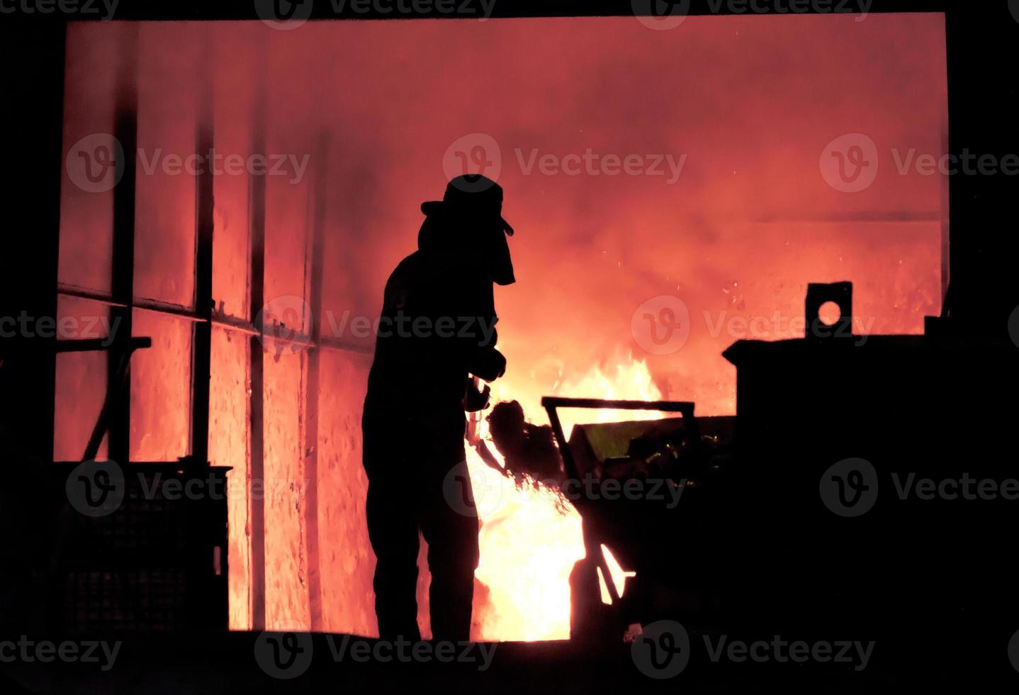 homme travaillant dans les éclaboussures de fer fondu - images de stock libres de droits photo