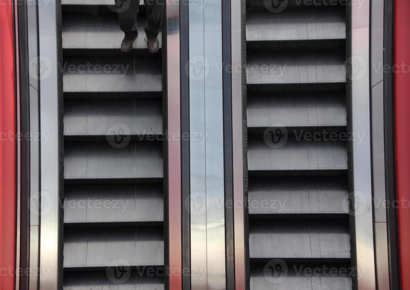 Escalator deux détails gros plan avec jambes photo