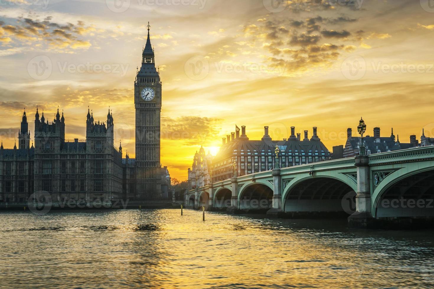 célèbre tour de l'horloge de Big Ben à Londres au coucher du soleil photo