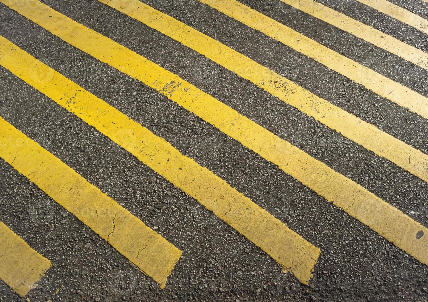 panneau de signalisation à rayures jaunes photo