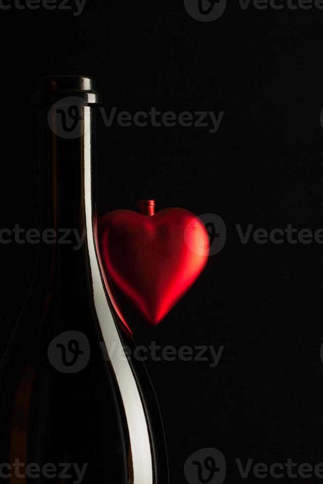 silhouettes de bouteilles de vin élégantes avec coeur rouge photo