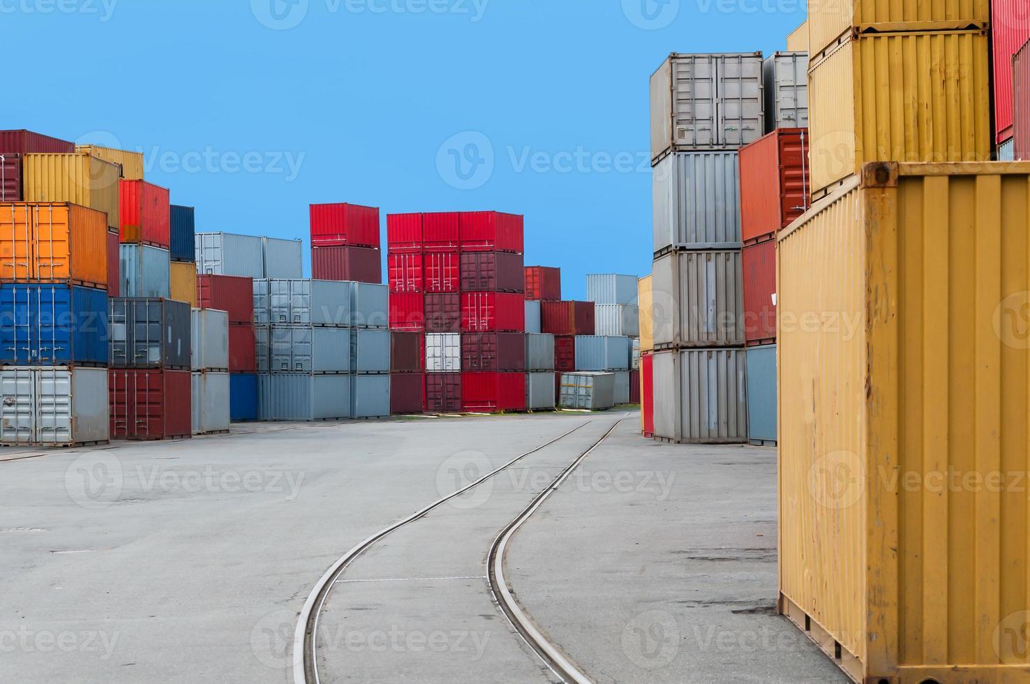 conteneur dans un port avec rails photo