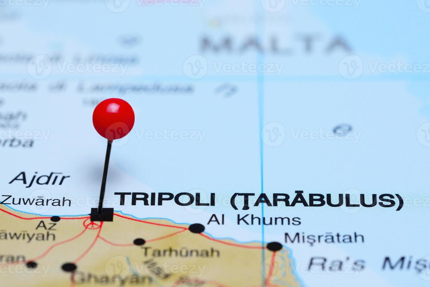 Tripoli coincé sur une carte de l'Afrique photo