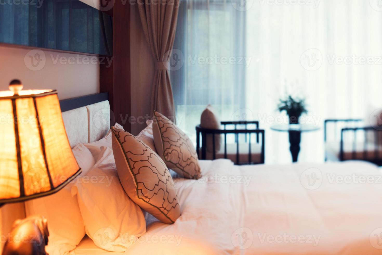 scène de nuit dans la chambre d'hôtel: lit frais préparé photo