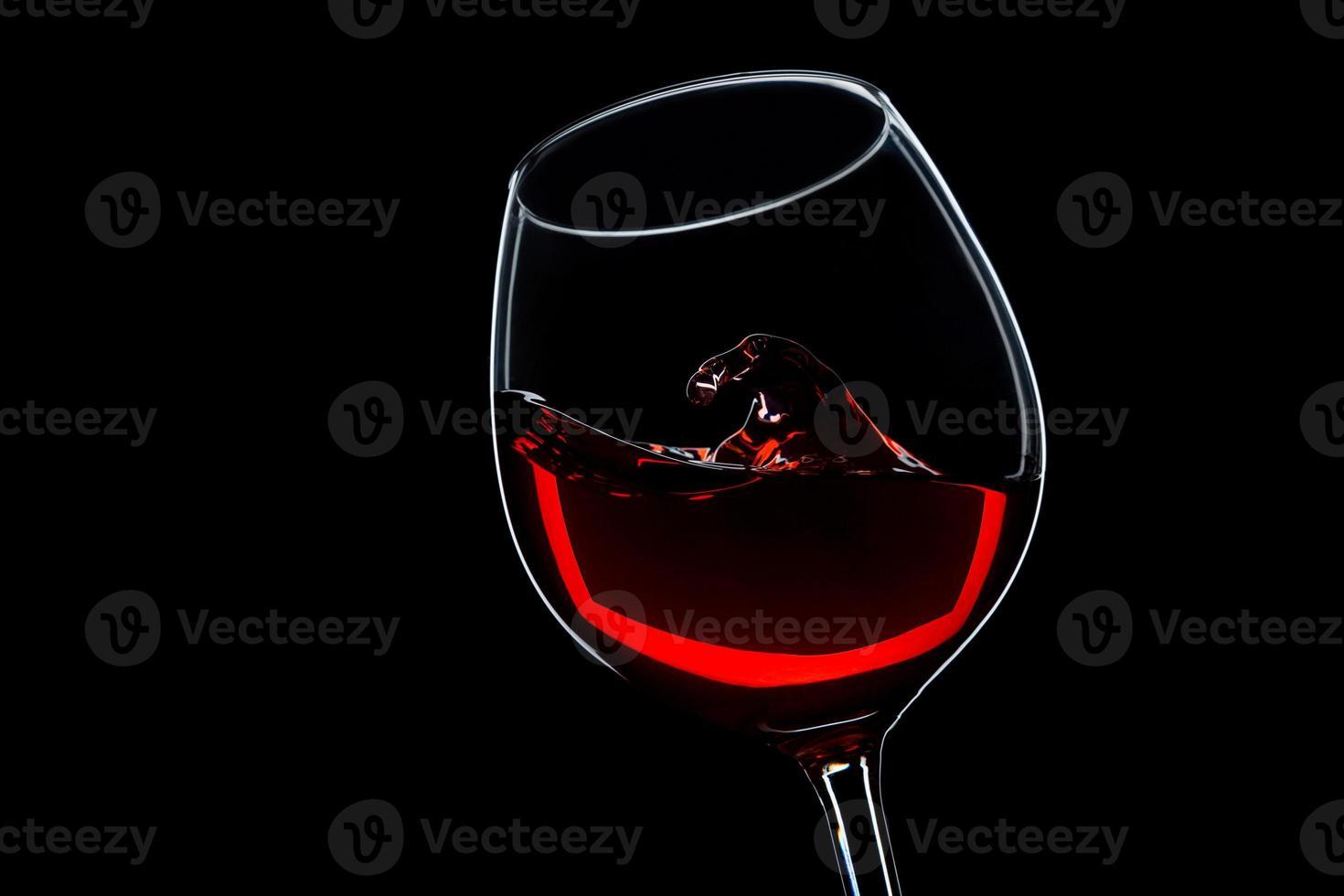 vague dans un verre de vin rouge photo