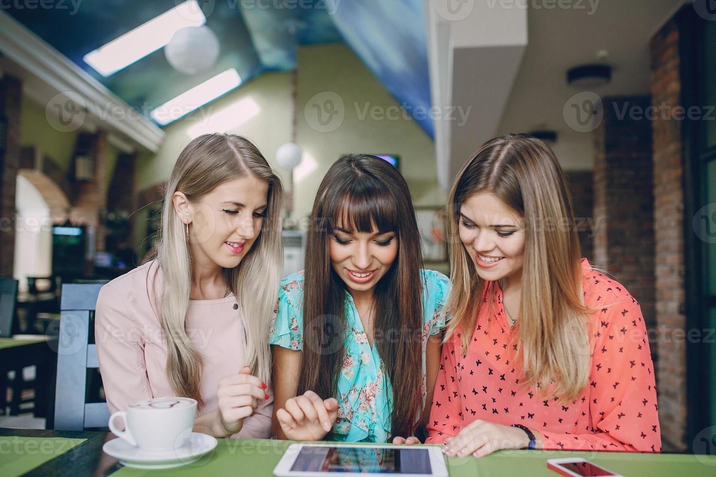 filles avec des téléphones photo