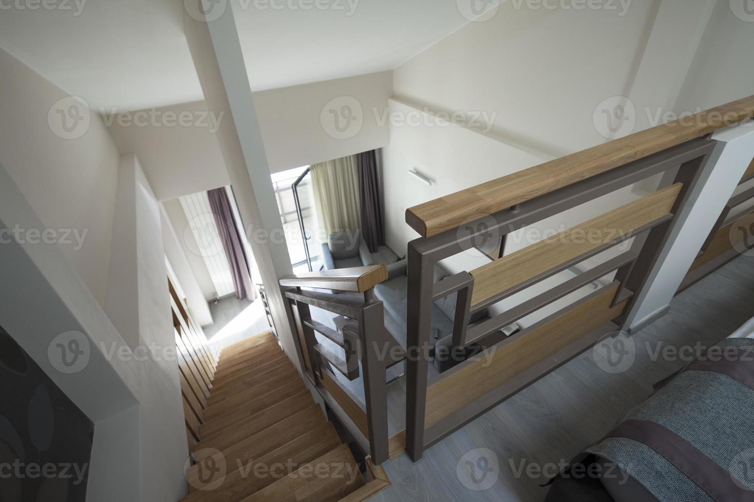 escalier à l'intérieur de l'appartement duplex photo