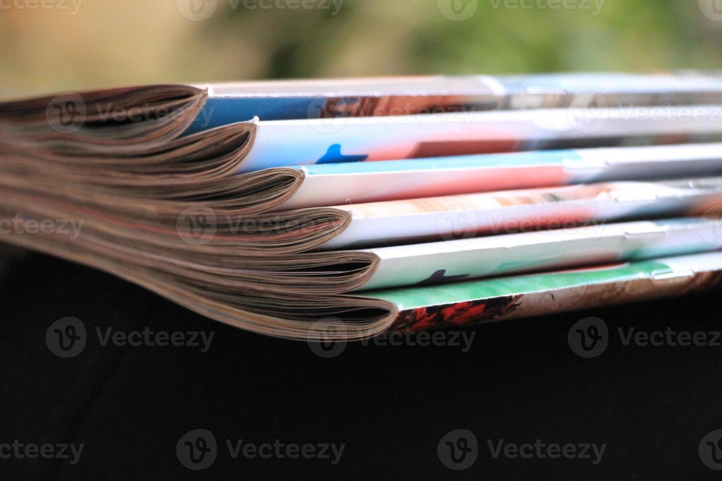 magazines sur le canapé noir photo