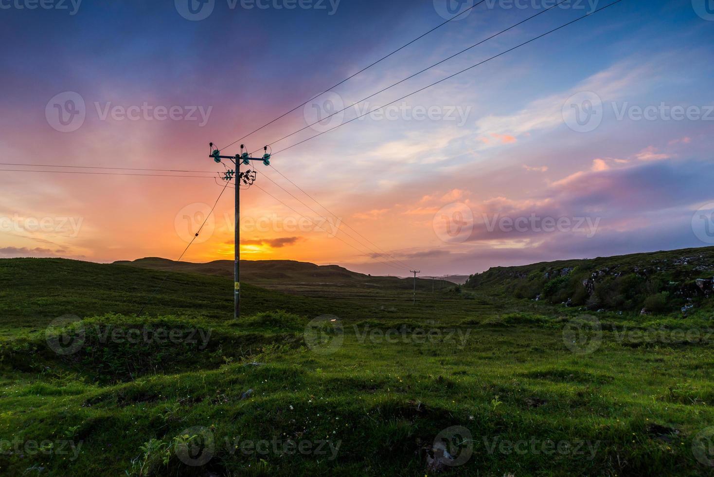téléphone ou ligne électrique dans les champs au coucher du soleil photo