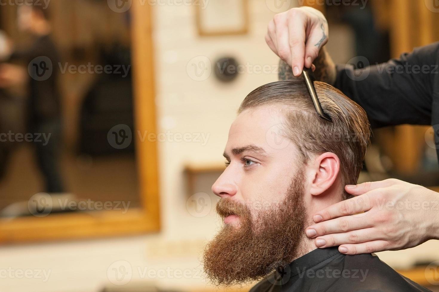 gai barbier masculin sert son client photo