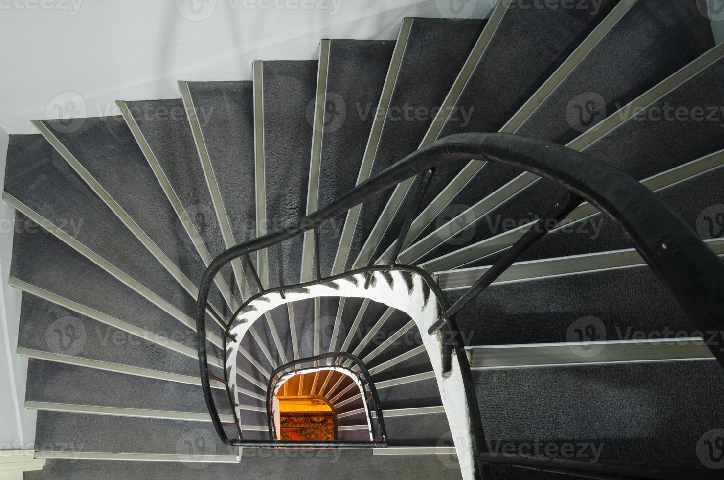 escalier en colimaçon avec lumière à la fin. photo