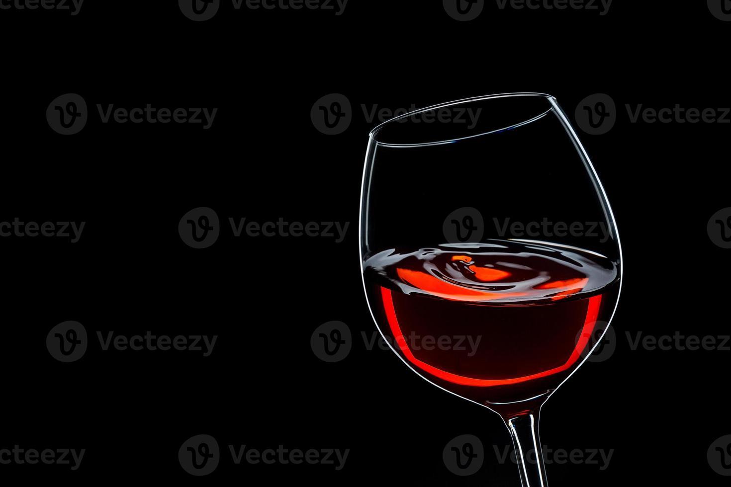 swing de vin rouge sur fond noir photo
