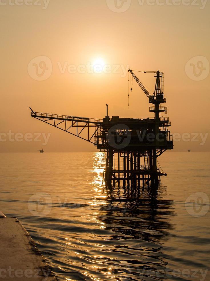 plate-forme pétrolière sur la mer photo