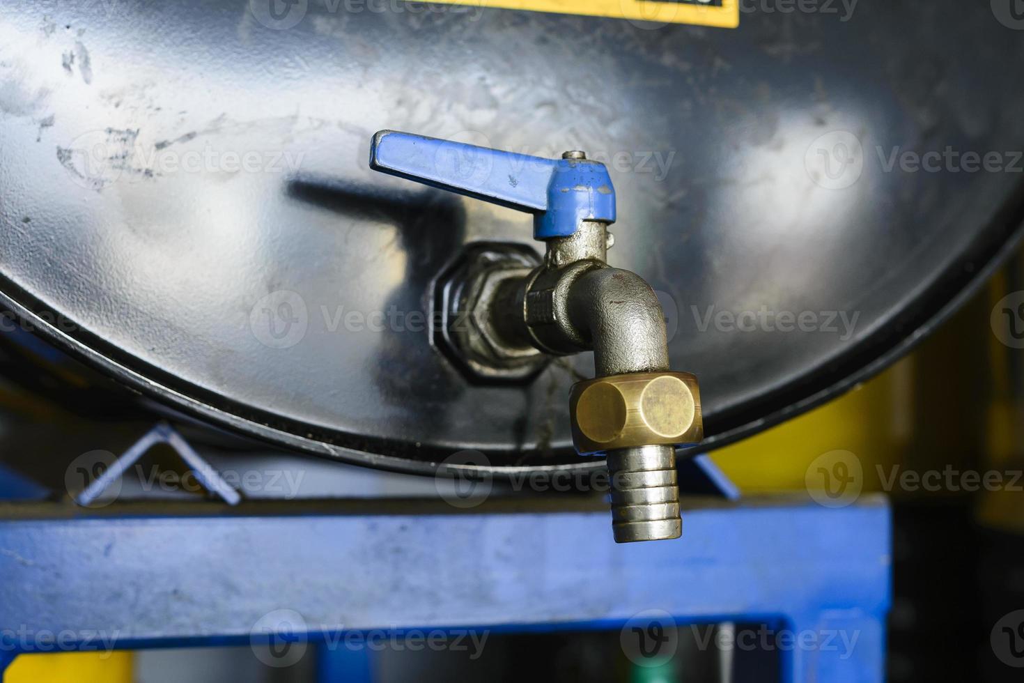 baril de pétrole avec robinet fermé photo