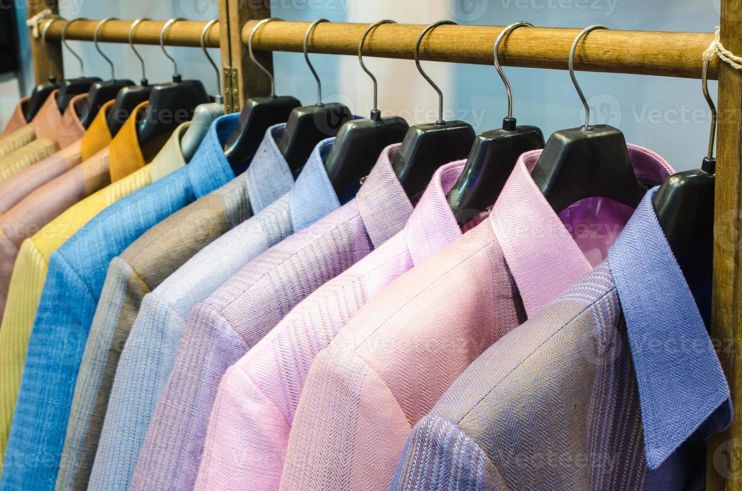 chemise en soie de Thaïlande accrochée à une corde à linge. photo