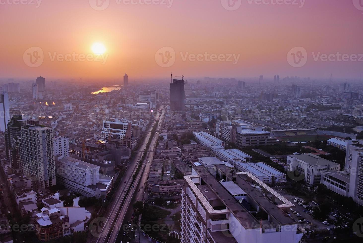 Vue à vol d'oiseau de Bangkok au coucher du soleil photo