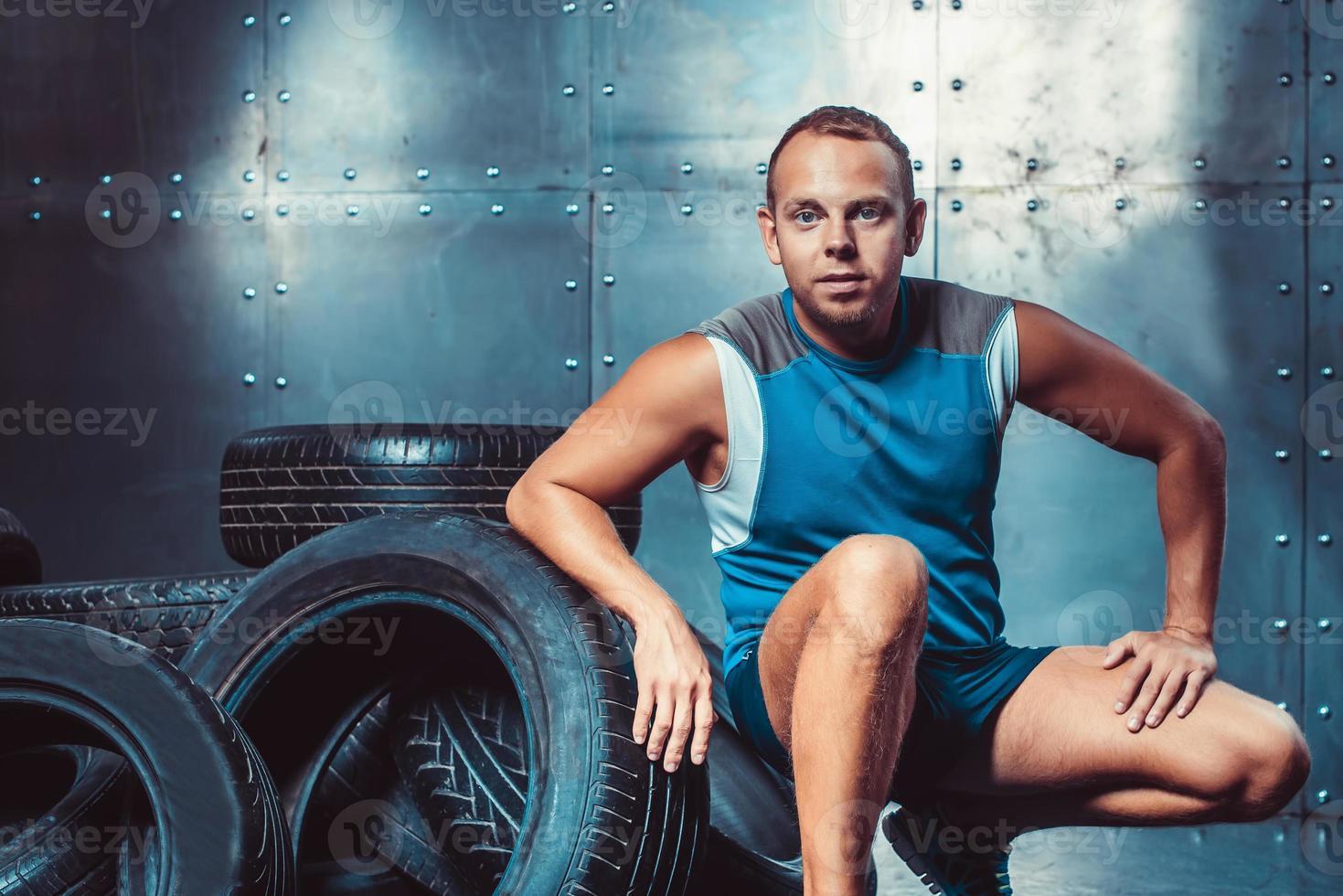 sportif assis sur la machine à pneus. concept de gym, santé photo