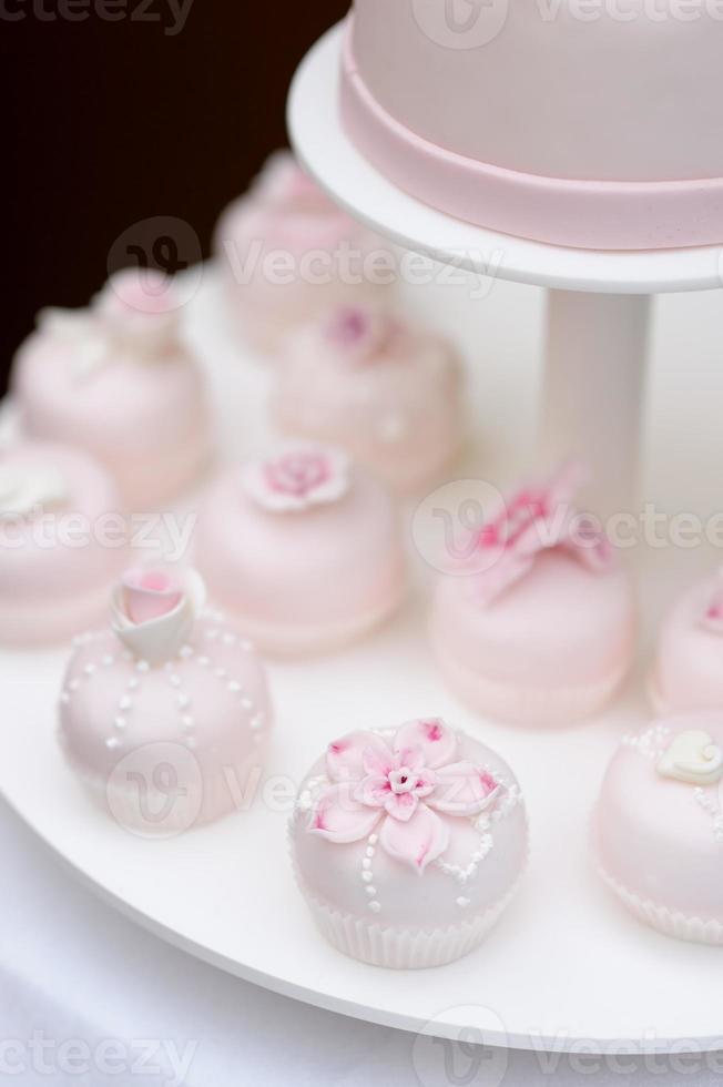 délicieux petits gâteaux de mariage rose photo