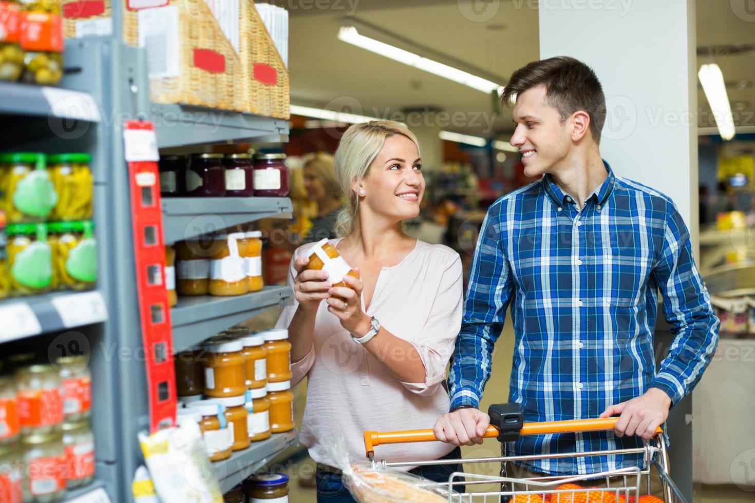 famille ordinaire achetant des aliments en conserve pour la semaine photo