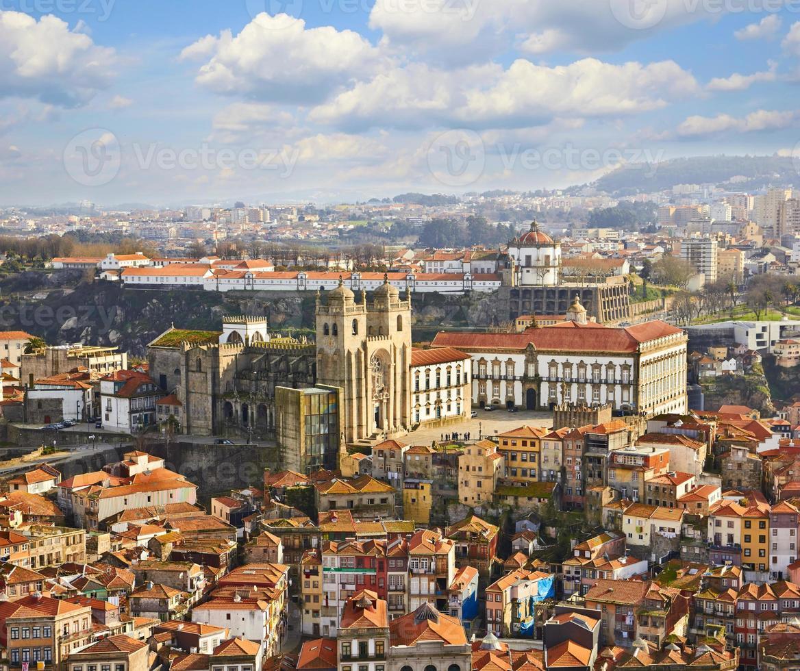 toits de la vieille ville et de la cathédrale de porto à porto photo