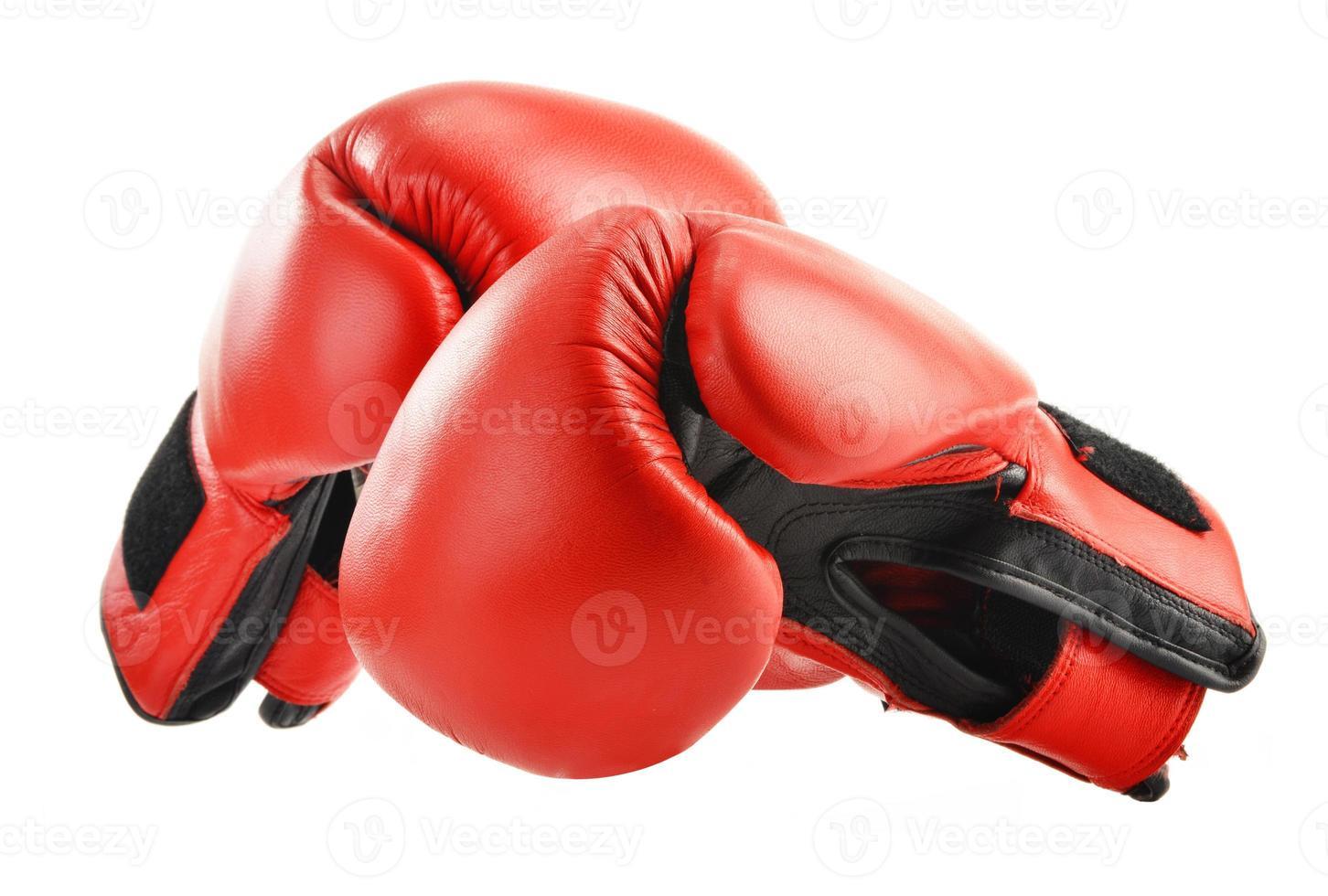 paire de gants de boxe en cuir rouge isolated on white photo