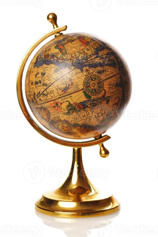 Globe terrestre antique en or sur fond blanc photo