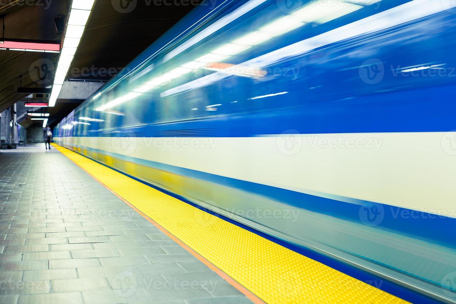 rame de métro souterrain coloré avec flou de mouvement photo