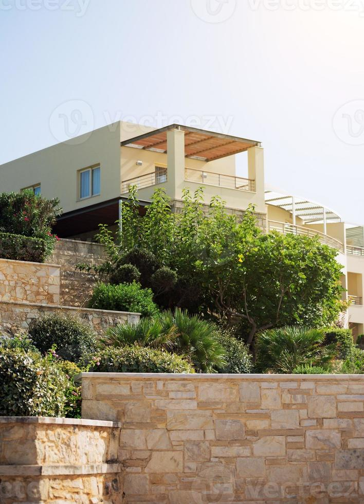 portrait d'immeuble tropical avec des arbres. photo