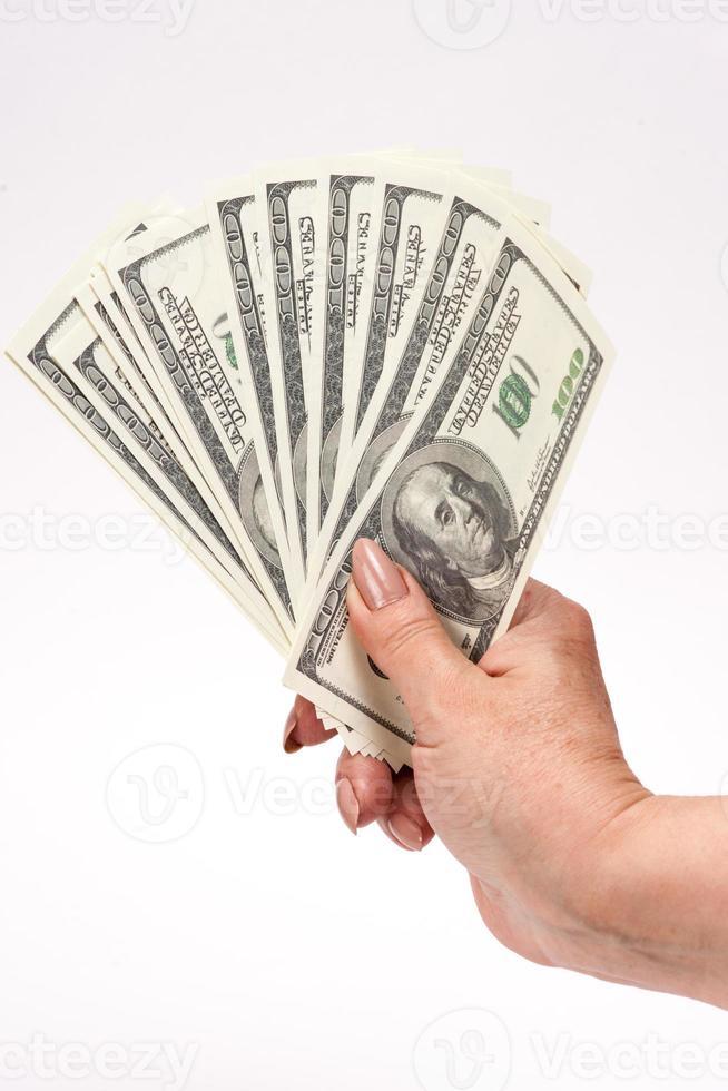 main tenant des billets d'un dollar américain. isolé sur une matiè blanc photo