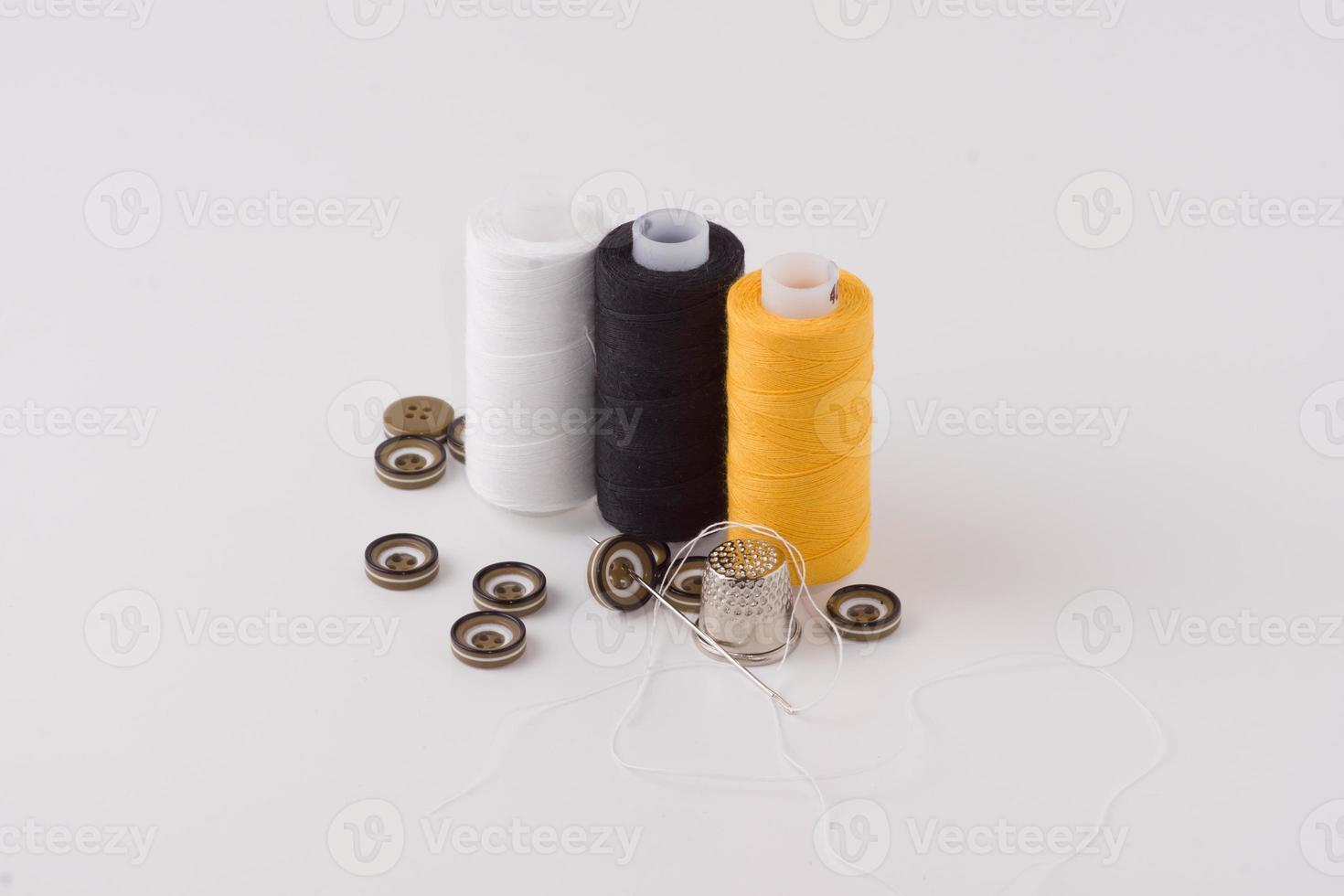 boutons avec un fil et une aiguille photo