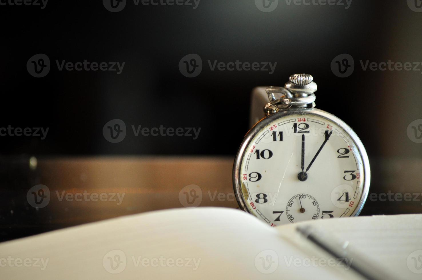 montre de poche. symboles du temps photo