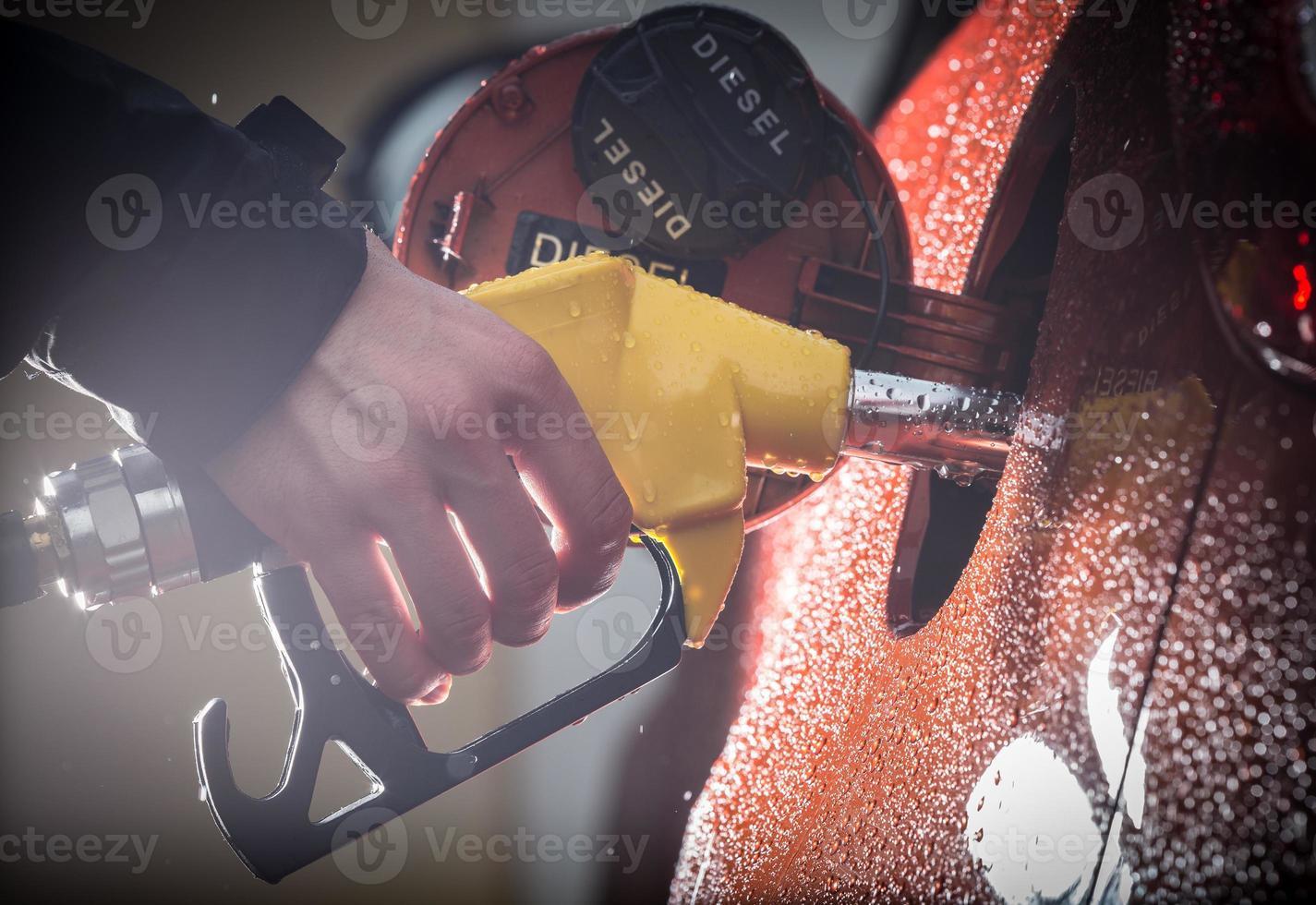 main remplissant la voiture avec du carburant. photo