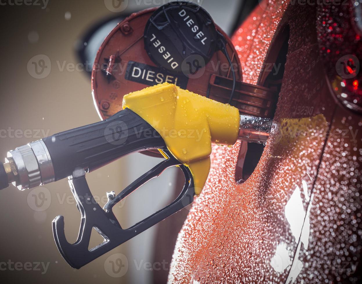 distributeur d'essence dans la voiture. photo