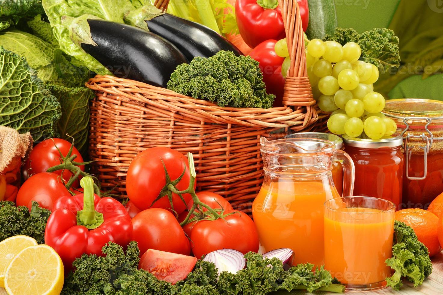 panier en osier avec assortiment de légumes et fruits biologiques photo