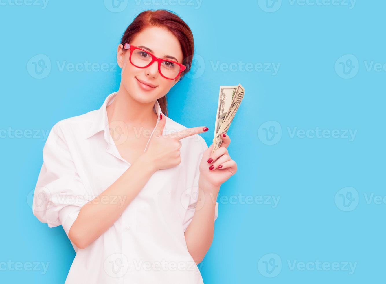 portrait, de, femme rousse, dans, lunettes rouges, à, argent photo