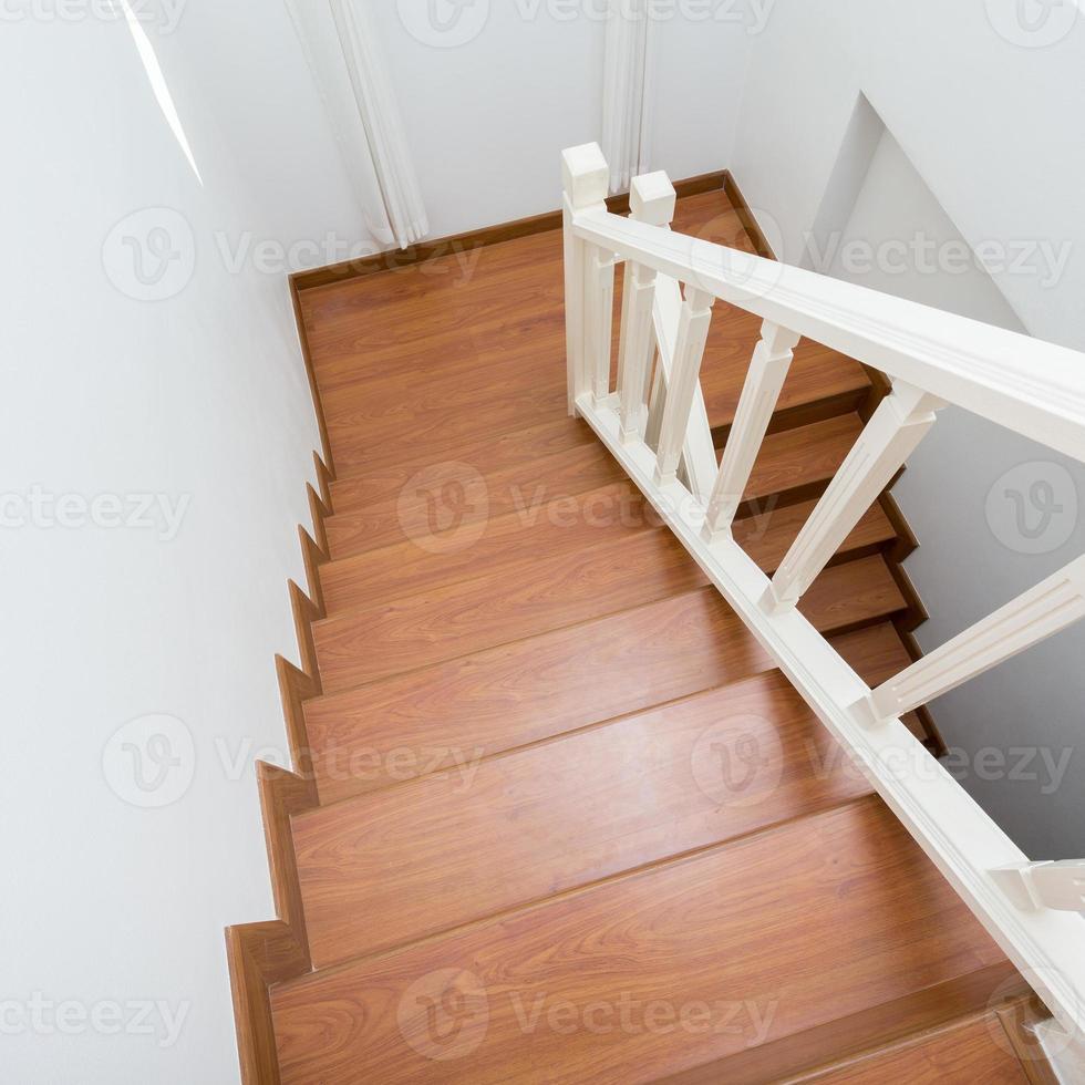 escalier en bois en bois stratifié dans une maison moderne blanche photo