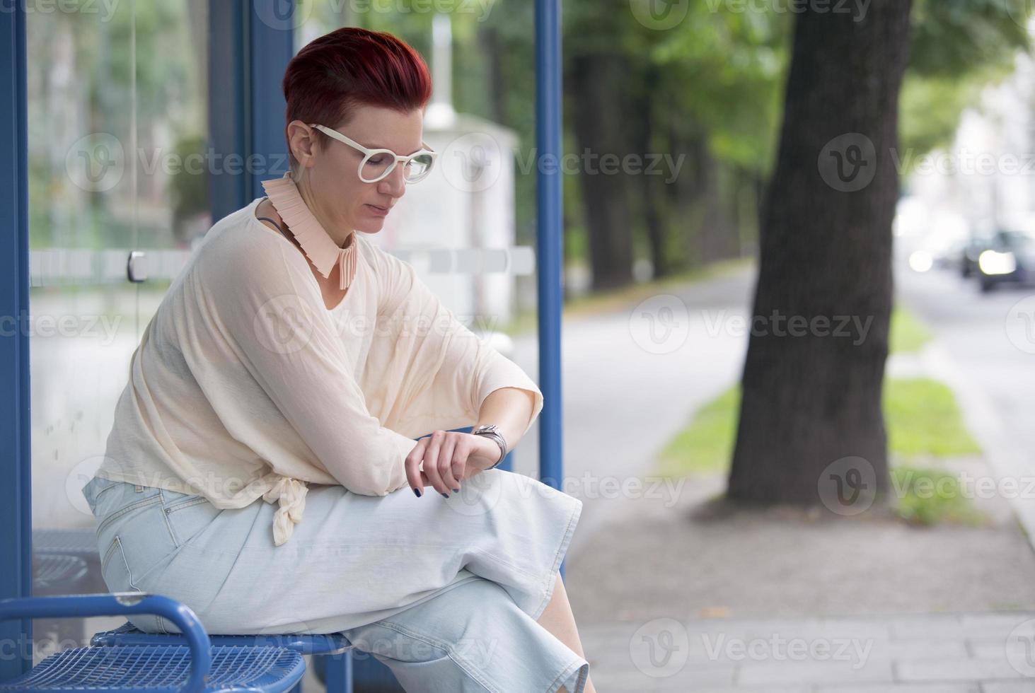 séance femme, à, arrêt bus, et, attente photo