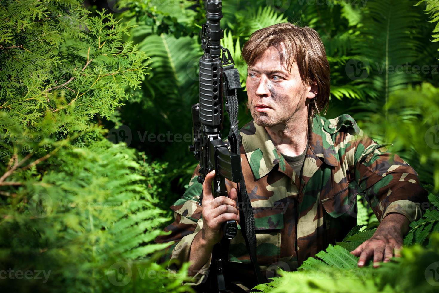 soldat tenant une arme à feu photo