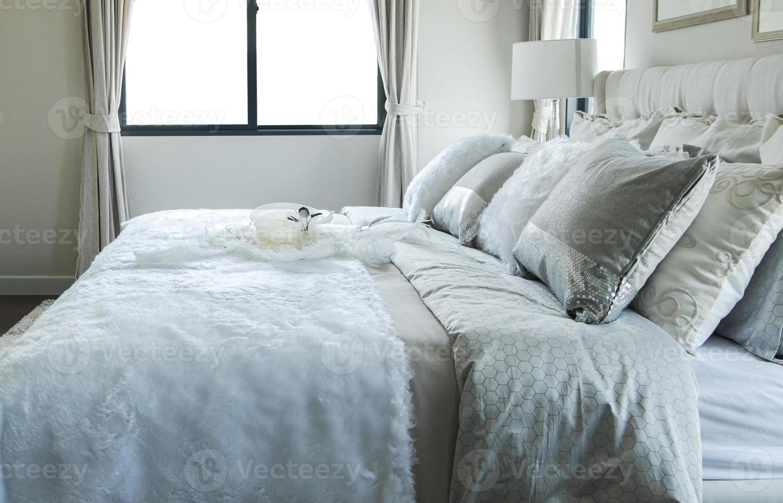 oreiller blanc et gris sur le lit photo