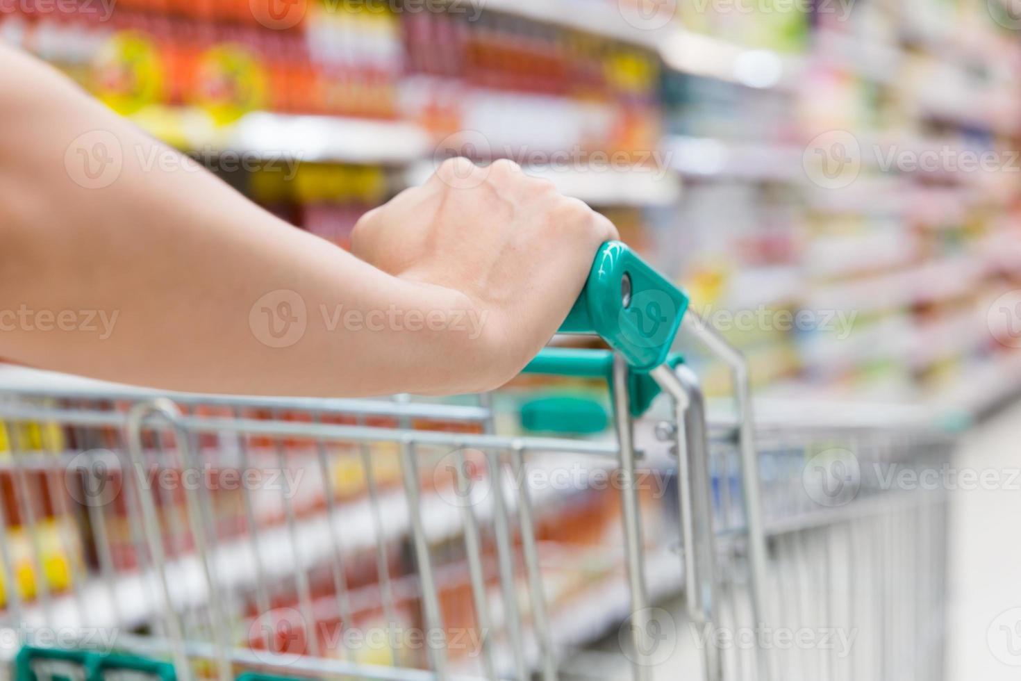 femme avec panier au supermarché. photo