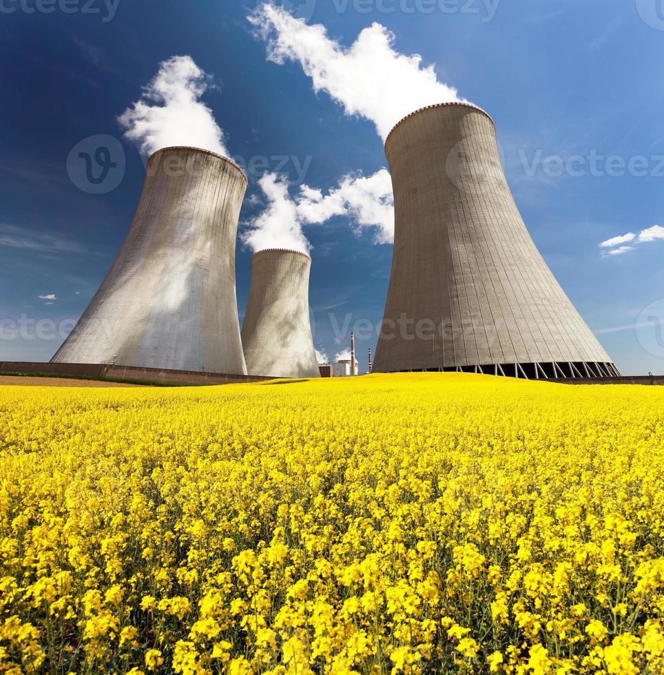 centrale nucléaire dukovany avec champ de floraison d'or de colza photo