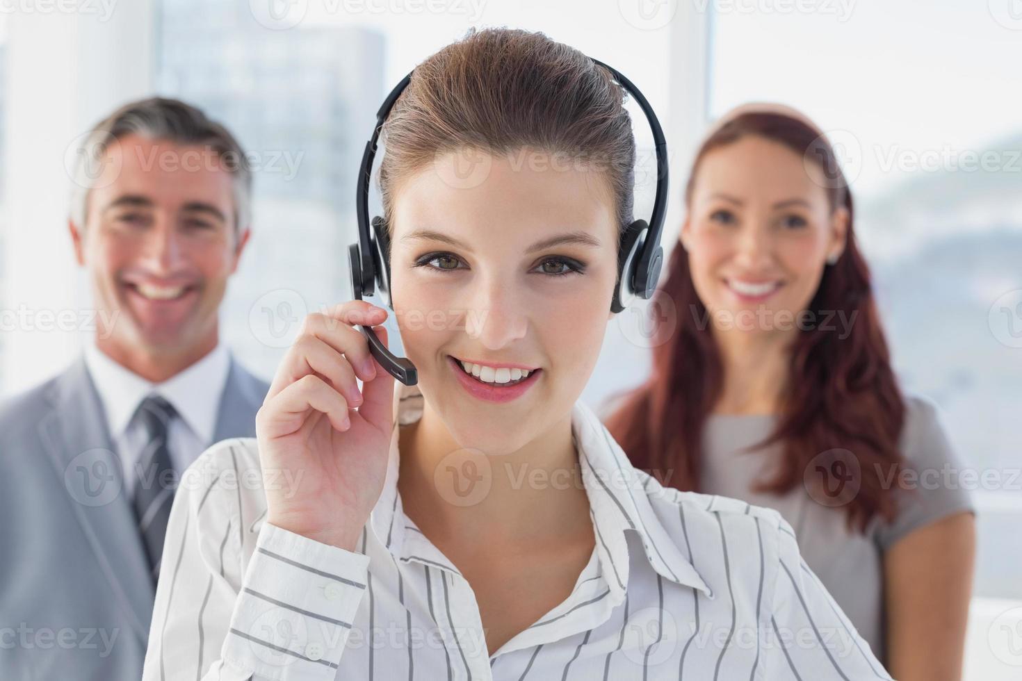 femme d'affaires portant un casque de travail photo