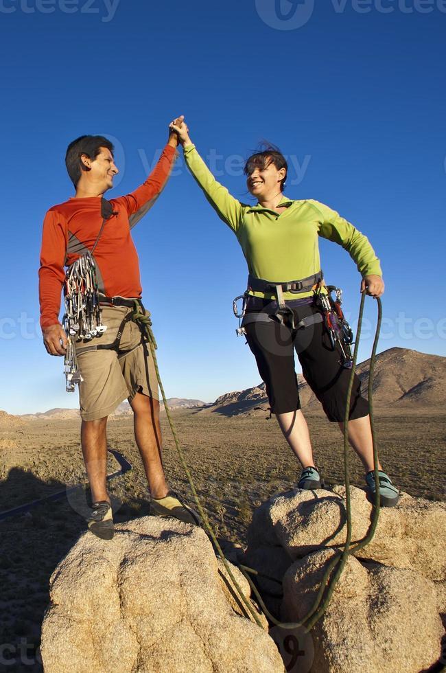 équipe de grimpeurs sur le sommet. photo