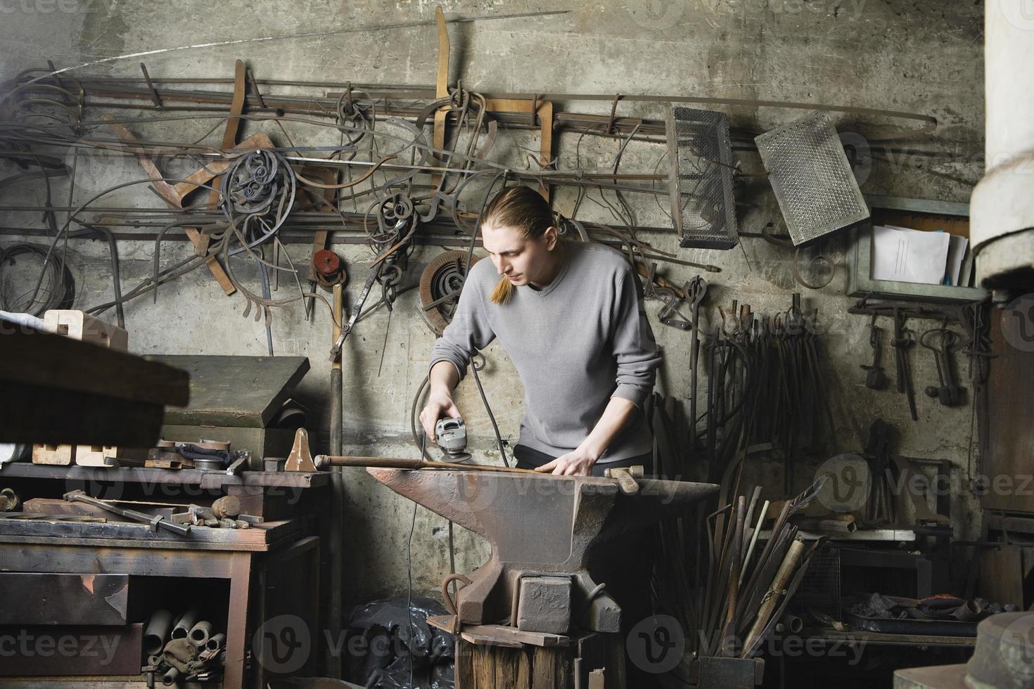 forgeron travaillant en atelier photo